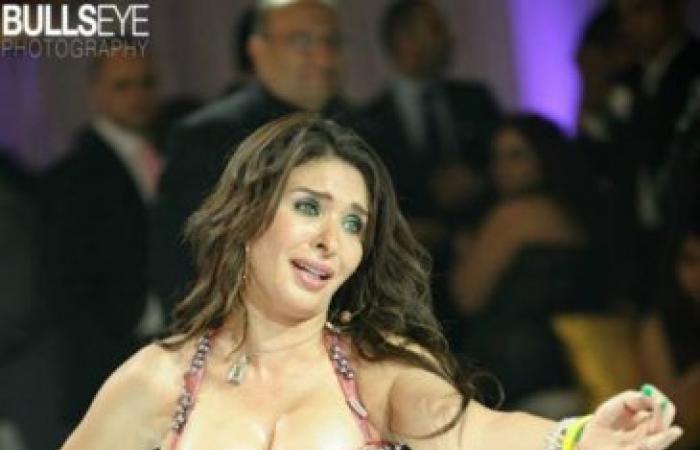 بالصور...الراقصة دينا ببدلة رقص مثيرة