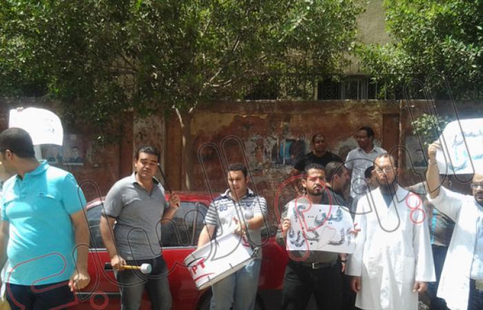 """وقفة لأطباء وصيادلة الدقهلية أمام مديرية الصحة احتجاجا على """"الجزرة"""""""
