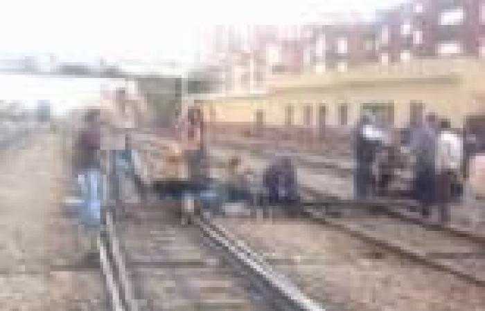 أمناء الشرطة بالبحيرة يواصلون قطع شريط السكة الحديد بدمنهور