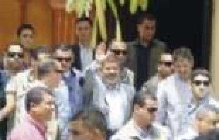 """200 طيار يطاردون""""مرسي"""" من المنزل إلي المسجد : """"بنشتغل علي تاكسي"""""""