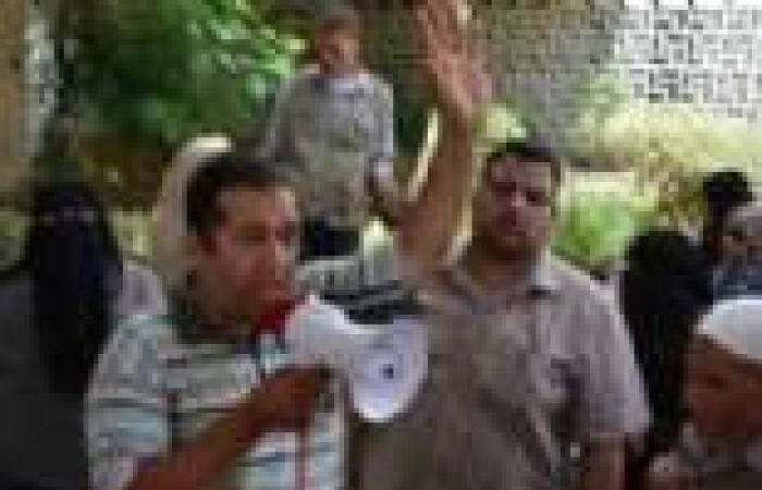 """معلمو """"الفرنسية"""" يفترشون رصيف """"التعليم"""" للمطالبة بتعميم المادة بجميع محافظات مصر"""