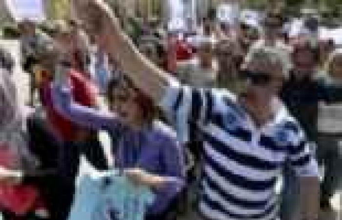 """متظاهرو """"الثقافة"""" يطلقون الألعاب النارية احتفالا بطرد مؤيدي الوزير"""