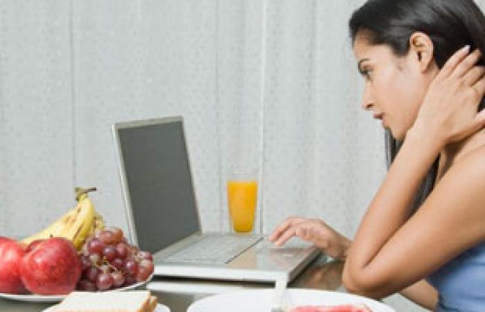"""إدمان الـ""""فيس بوك"""" يدمر العلاقات الرومانسية بين الأزواج وقد يؤدى للطلاق"""