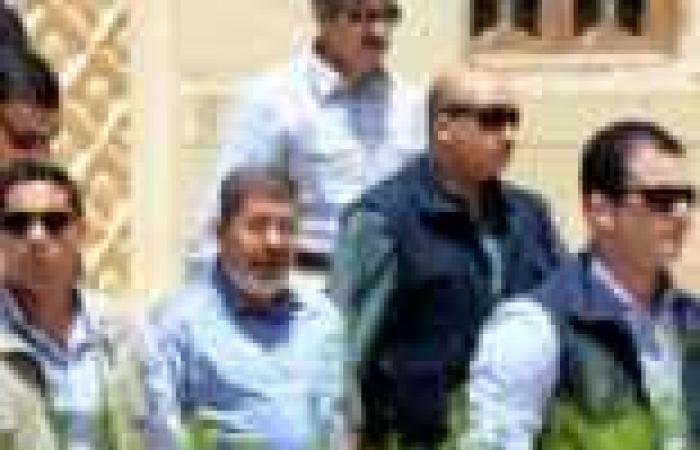 """بعد انتهاء """"مرسي"""" من الصلاة بالتجمع الخامس.. المصلون يهتفون """"ارحل"""""""
