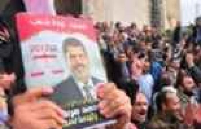 """""""تجرد"""" تجمع توقيعات تأييد مرسي أمام """"عمرو بن العاص"""".. والإخوان يهتفون: إسلامية إسلامية"""