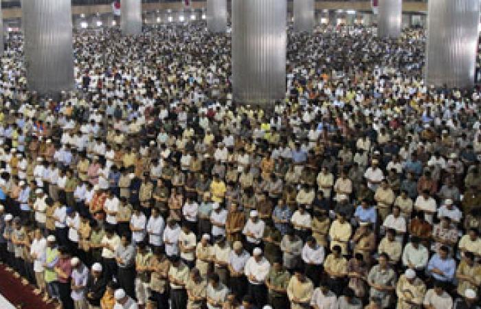 اكتظاظ المساجد اليمنية بالمصلين لتأدية التراويح فى أول شهر رمضان