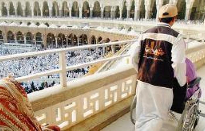 250 شابا يتسابقون لمعايدة زوار بيت الله الحرام بالتمر والطيب