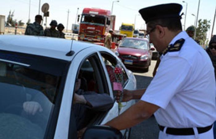 الجيش الثالث يوزع الورود على المواطنين بالسويس بمناسبة عيد الفطر