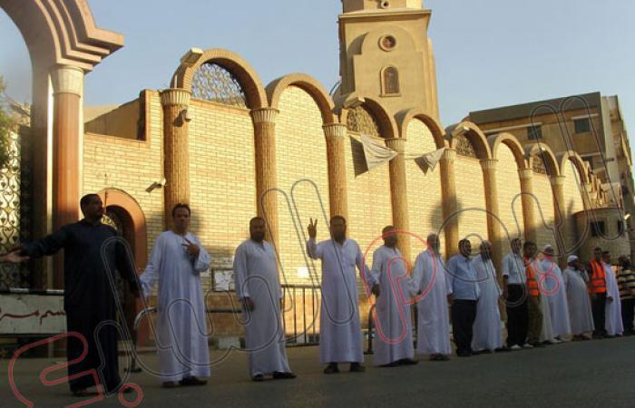 بالصور.. سلاسل بشرية لحماية كنيسة أثناء مسيرة لأنصار المعزول بسوهاج