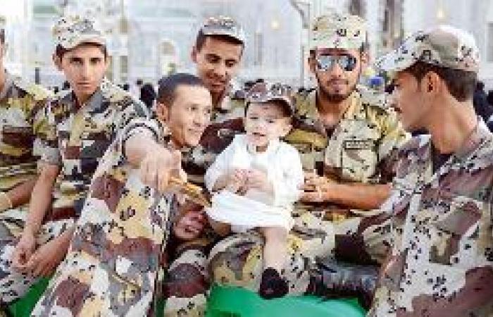 الأطفال ينثرون البهجة بالزي الوطني في العيد
