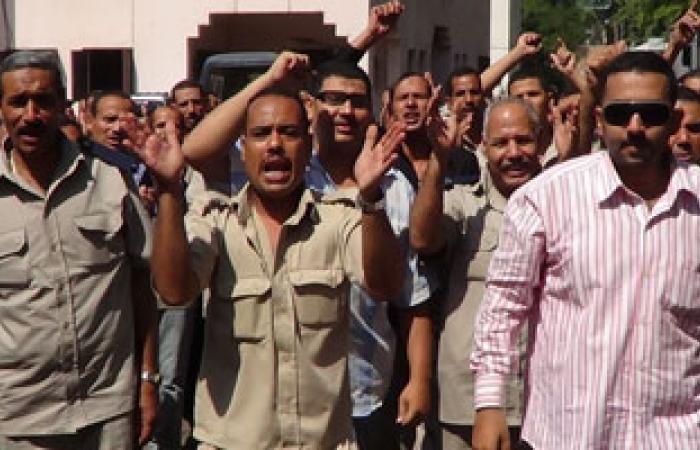 أفراد وأمناء يغلقون مركزشرطة رشيد مطالبين بالإبقاء على رئيس المباحث