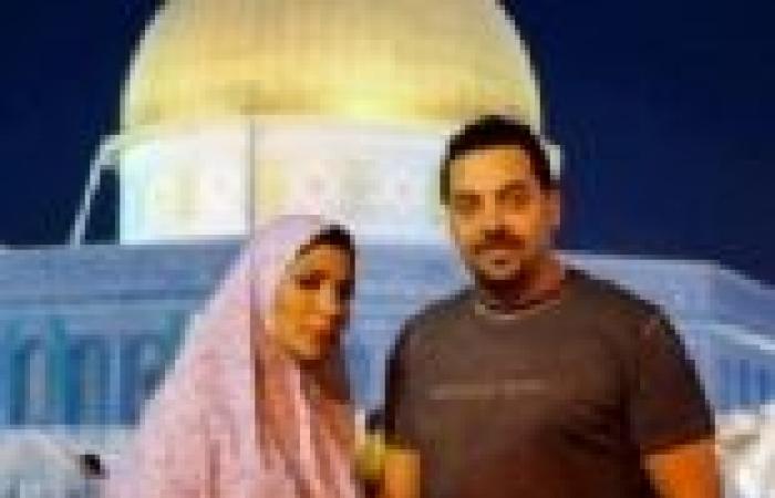 """بالصور  أصالة ترتدي الحجاب وتقبل القرآن أثناء زيارتها لـ""""قبة الصخرة"""""""