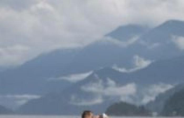 بالصور| كام وكايلي يتزحلقان على المياه في حفل زفافهما