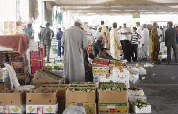 مخالفون يسيطرون على سوق الخضروات بـ «تمويه» العاطلين