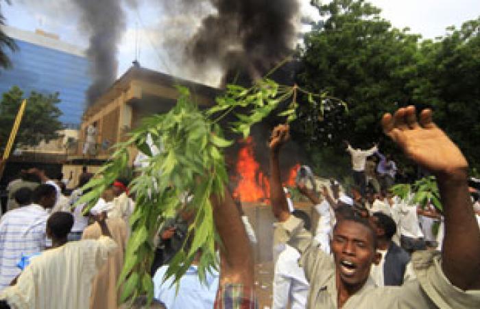 محتجون يضرمون النار فى مبنى تليفزيون ولاية بوسط السودان