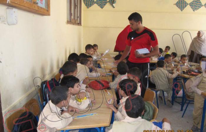 """بالصور.. """"شباب الخير"""" بالفيوم توزع أدوات مدرسية على التلاميذ"""