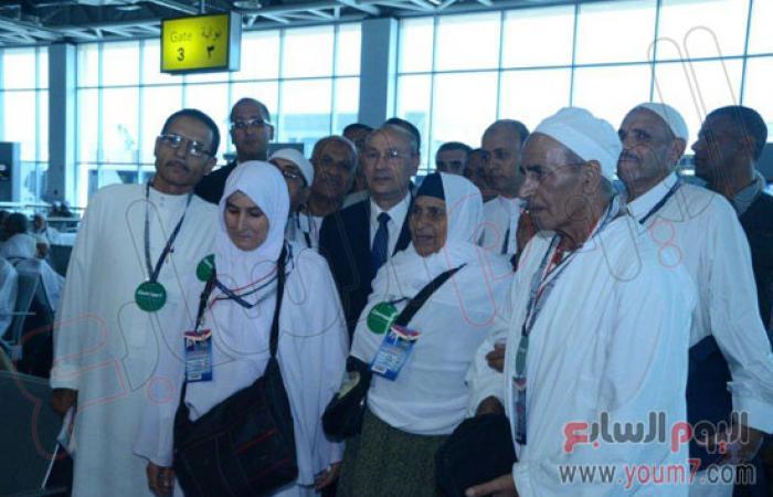وزير الطيران يودع أول أفواج حجاج القرعة من مطار القاهرة