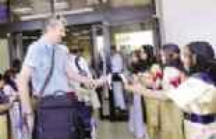 الفراعنة الصغار يستقبلون سائحى أوروبا بالزهور بعد رفع الحظر