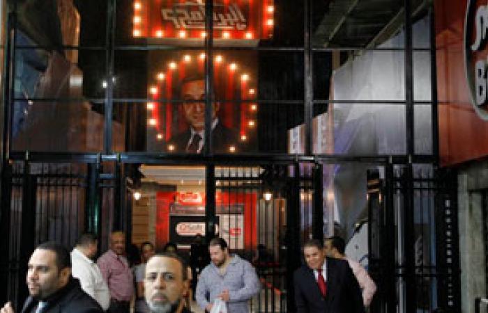 مشادات بين مواطنين غاضبين من باسم يوسف وجمهوره أمام سينما راديو