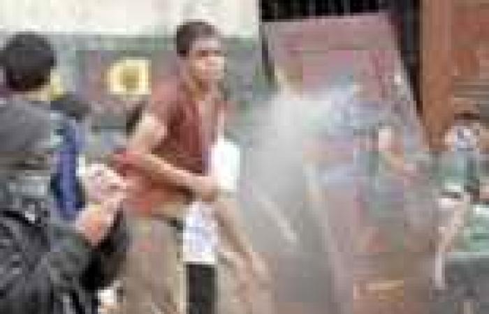طلاب الإخوان بـ«الأزهر» يقتحمون المبنى الإدارى ويحتجزون «العبد» وعمداء وموظفين.. والشرطة تتدخل