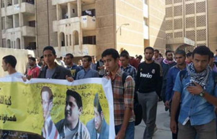 طلاب جامعة الأزهر من المنتمين للإخوان يتظاهرون أمام مبنى الجامعة