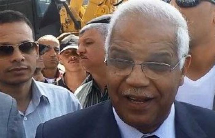 """محافظ القاهرة يصطحب الأطفال ويوزع عليهم """"الشيبسى"""" خلال جولته بحلوان"""