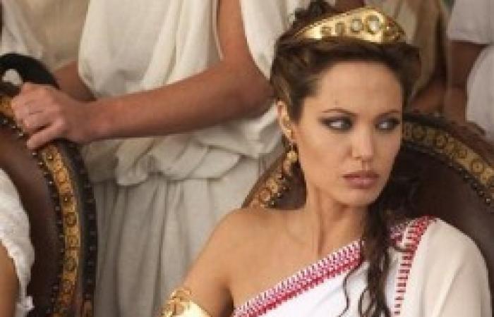 """أنجيلنا جولي تعتزل الفن عقب تجسيدها شخصية ملكة مصر """"كيلوباترا"""""""