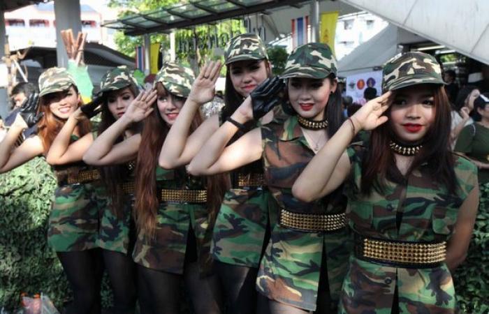 بالصور.. المجلس العسكري في تايلاند يغازل الشعب بالحسناوات لتحسين صورة الانقلاب