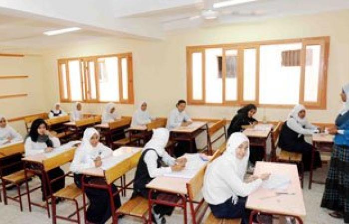 تزاحم أولياء الأمور أمام مدرسة المعادى الثانوية بنات قبل بدء الامتحان