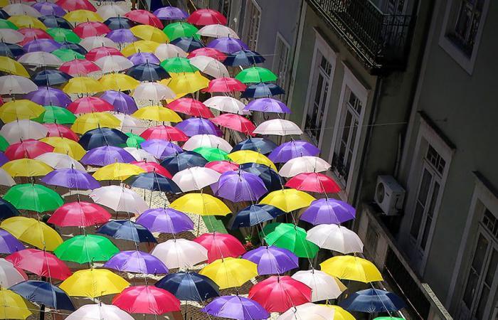 بالصور .. آلاف الشمسيات الملوّنة تغطي سماء البرتغال