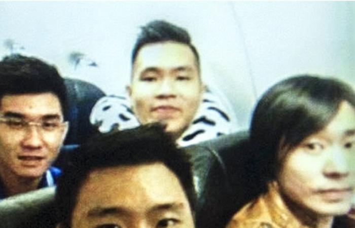 بالصور.. آخر «سيلفي» لأحد ركاب طائرة «إير آسيا» قبل تحطمها بدقائق