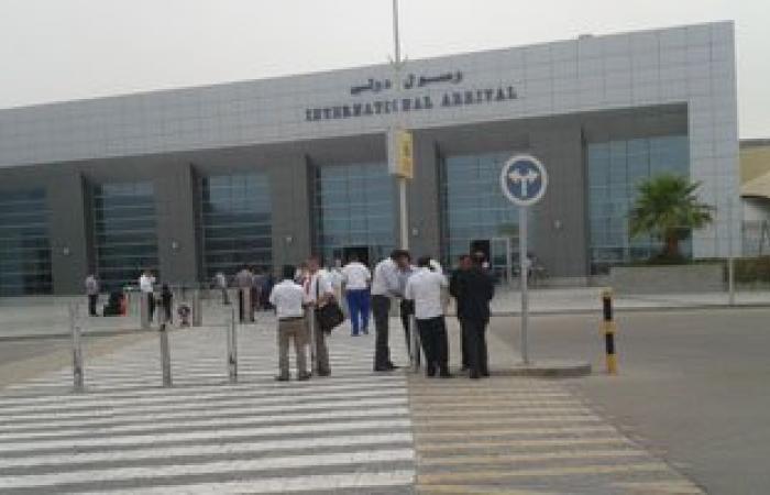 سلطات مطار الغردقة ترحل سائحا بريطانيا وزوجته تشاجرا داخل إحدى الطائرات