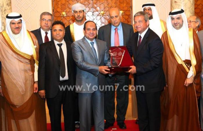 صور هدية تذكارية من وزراء الشباب والرياضة العرب للرئيس السيسى