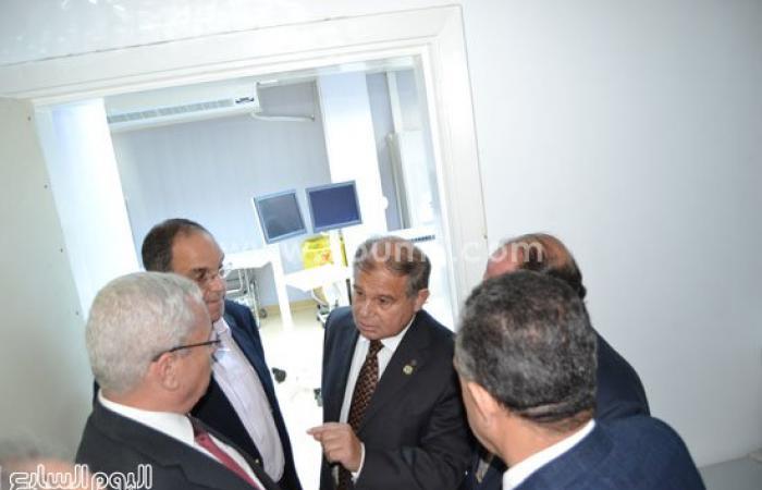 بالصور.. وزير التعليم العالى يتفقد مستشفى سموحة للطوارئ