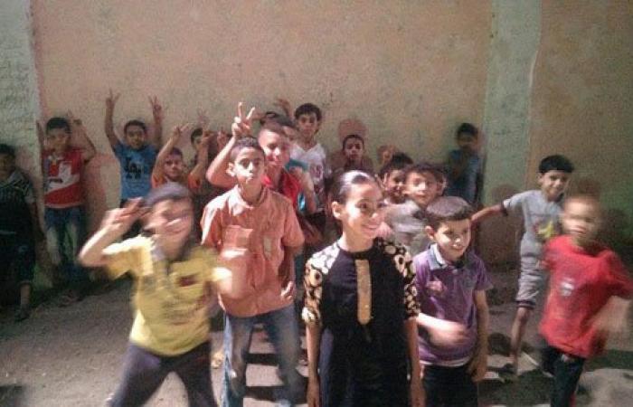 """بالصور.. أطفال """"ميت ربيعة"""" بالشرقية يشاركون بتنظيف قريتهم لأداء صلاة العيد"""