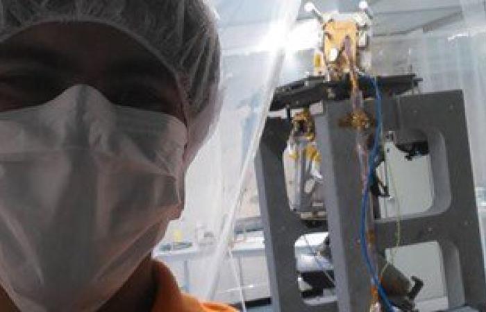 """عالم مصرى بـ""""ناسا"""" ينشر صورا له مع كاميرا سترسل للمريخ فى ٢٠١٦"""