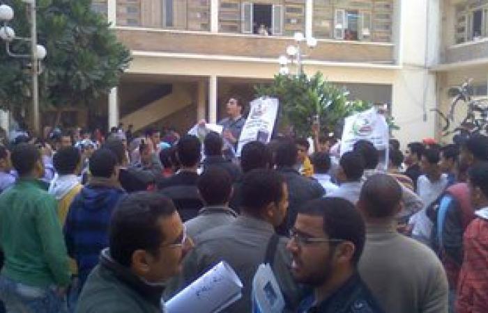 """الأمن الإدارى يتفاوض مع طلاب """"تجارة الإسكندرية"""" لحل الأزمة مع العميد"""