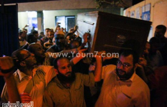 بالفيديو والصور.. أسرة عصام دربالة تتسلم جثمانه وتصلى عليه بمشرحة زينهم