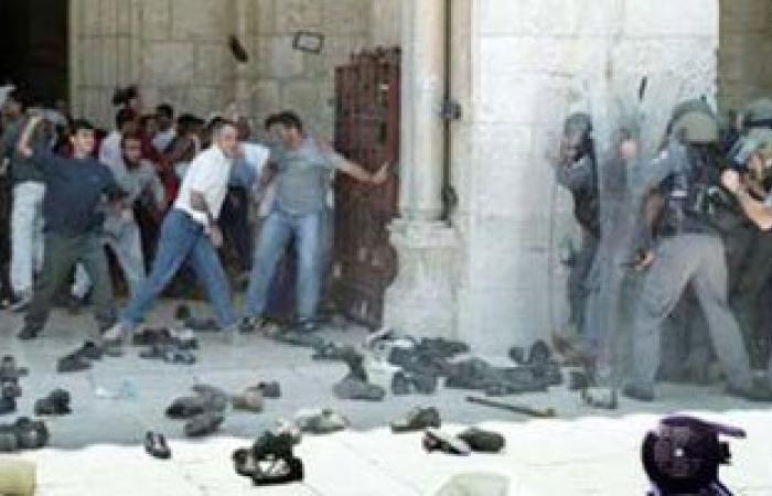 قوات الاحتلال تعتدى على حراس وأطفال الأقصى بالهراوات وقنابل الغاز