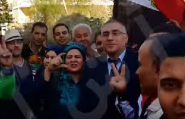 بالفيديو..مصريون بلبنان يهتفون للسيسى وسط كثافة إقبال بالتصويت فى الانتخابات
