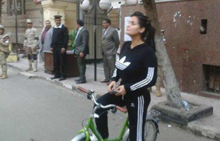"""بالفيديو.. بـ""""العجلة والتريينج سوت"""".. سما المصرى تدلى بصوتها فى الأزبكية"""