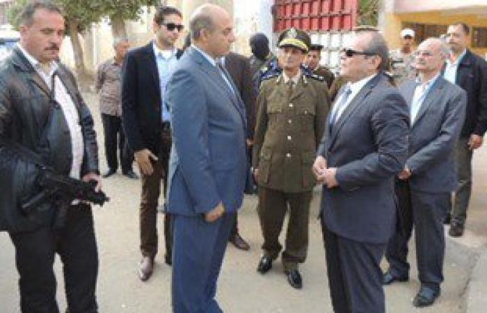 بالصور.. مساعد وزير الداخلية يساعد مسنا للدخول للجنة الانتخابات بالقليوبية