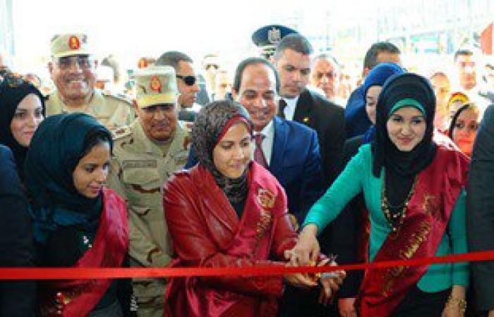 """بالصور.. فتيات """"رعاية الشباب"""" يشاركن الرئيس فى افتتاح مصنع الفوسفات بالفيوم"""