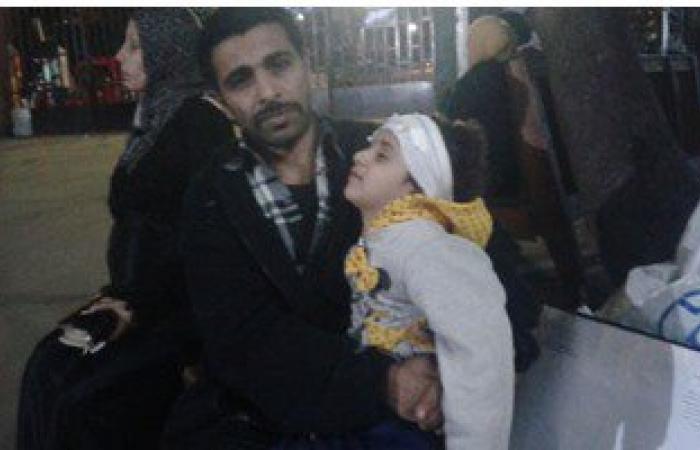 """بالفيديو..الطفلة المصابة فى الجمجمة تنام أمام """"الحسين الجامعى"""""""
