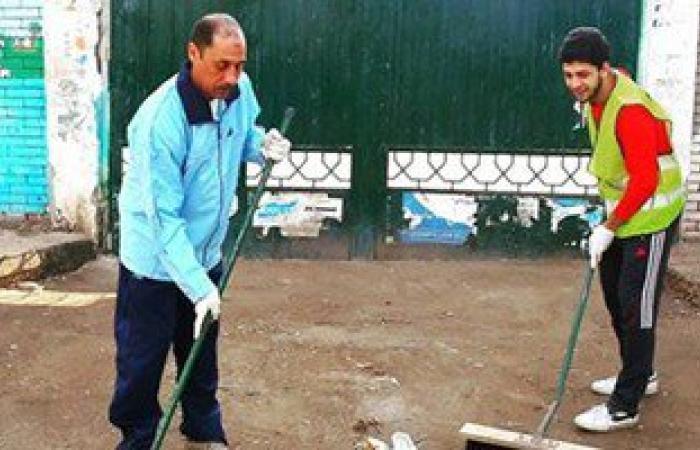 نائب دائرة الزقازيق ينظف شوارع المدينة