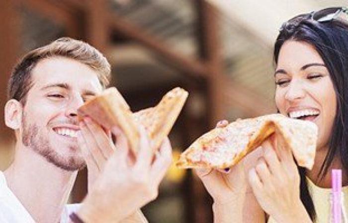علماء بريطانيون: تناول الطعام أمام المرآة يؤدى إلى فقدان الوزن