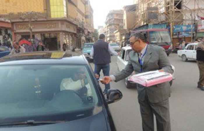 بالصور.. ضباط الشرطة يوزعون حلوى المولد النبوى على المواطنين بطنطا