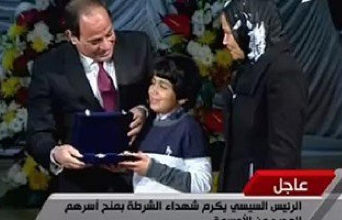 """السيسى: أسر الشهداء قالوا خلال مصافحتى لهم """"أولادنا مش خسارة فى مصر"""""""
