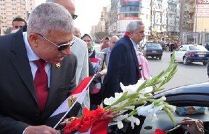 بالصور.. مدير أمن الغربية يوزع الحلوى والورود على المواطنين بطنطا
