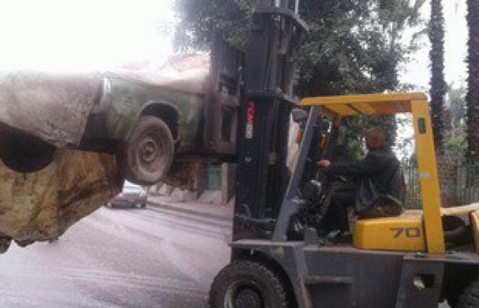 """بالصور.. """"مرور الجيزة"""" تتحدى الأمطار وترفع 12 سيارة متروكة بشوراع المحافظة"""